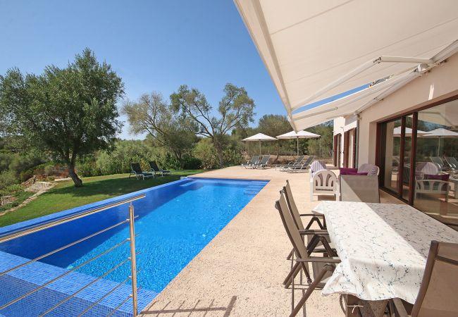 Poolbereich und Terrasse der Finca Sa Pedrera bei Campos
