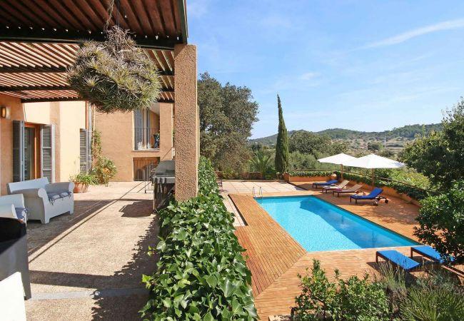Pool und Außenbereich der Finca La Pineda in Arta
