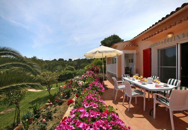 Terrasse mit Sitzmöglichkeiten der Finca Ca Na Florentina bei Cala Murada