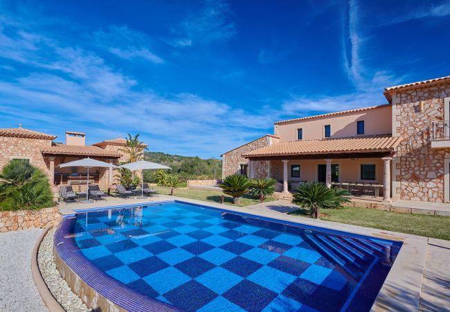 Großer Pool und Fassade der Finca Sant Salvador bei Manacor