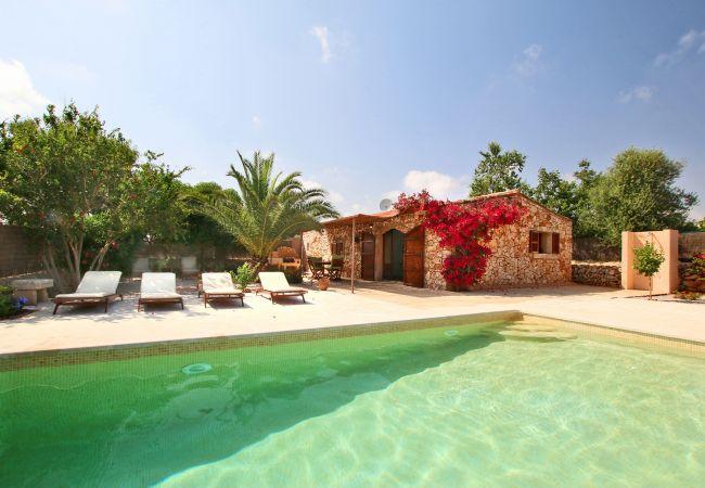 Aussenansicht und Pool der Finca Can Andreu in Santanyi