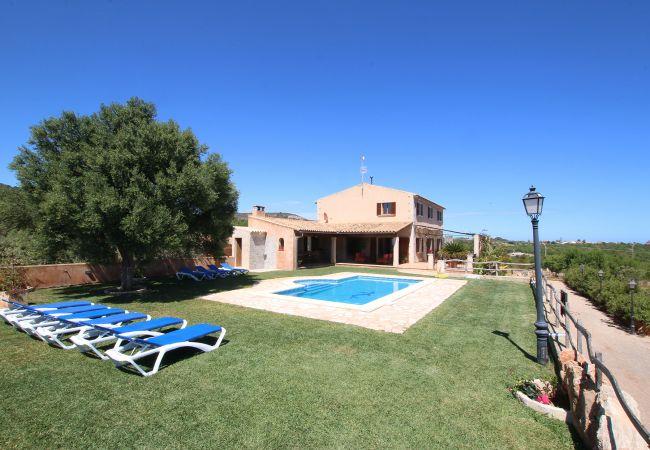 Garten und Pool der Finca Sa Marina in S'Alqueria Blanca
