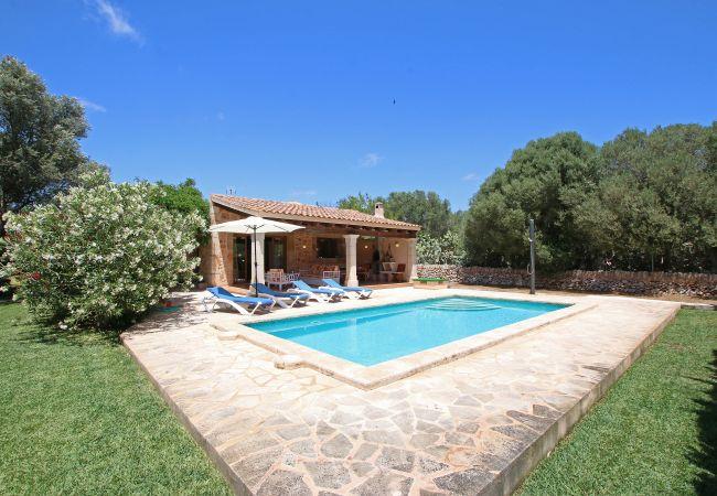 Pool und Aussenansicht der Finca Ca Na Barbara in Santanyi