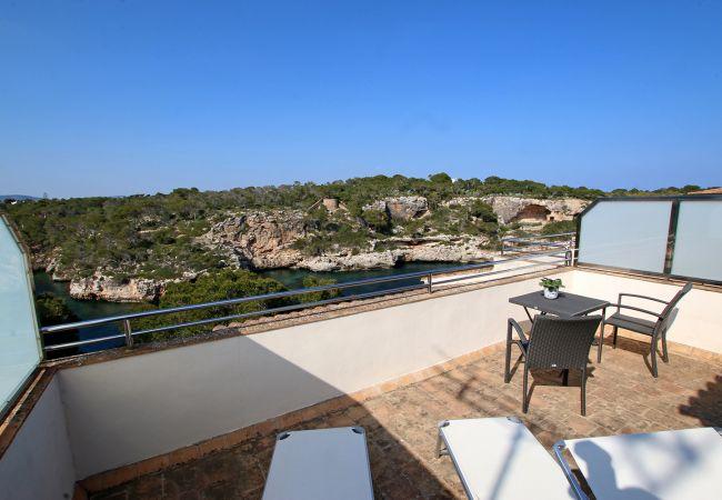 Balkon mit Liegen des Cala Figuera Studios bei Cala Figuera