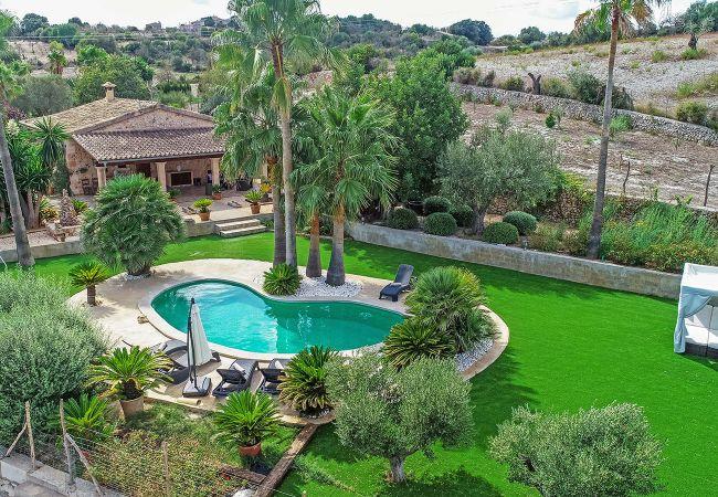 Luftbild des Gartens und Pools der Finca Son Suau bei Santa Margalida