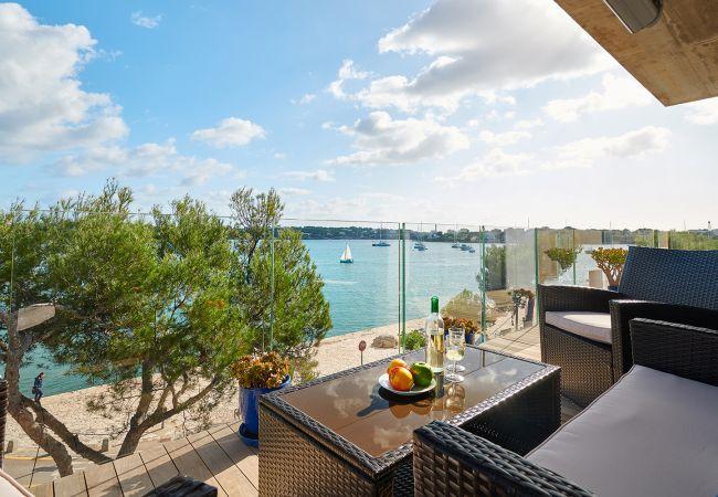 möblierter Balkon mit Meerblick der Ferienwohnung Faro II in Portocolom